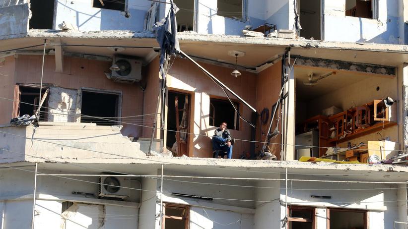 Ein Syrer harrt in seinem zerstörten Haus aus.