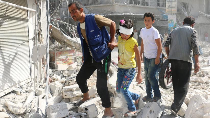 Syrien-Konflikt: Bewohner Aleppos nach einem Luftangriff auf den von Rebellen kontrollierten Stadtteil Al-Fardous am 12. Oktober