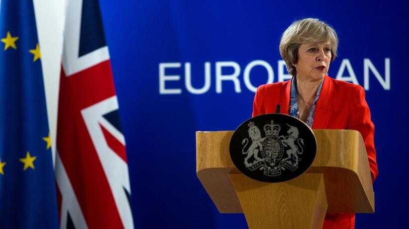 Theresa May spricht auf ihrem ersten Ratstreffen in Brüssel