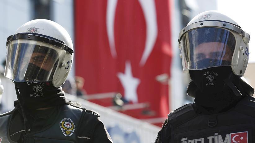 Türkei: Behelmte Bereitschaftspolizisten vor dem Gebäude der TV-Sender Kanalturk und Bugun TV in Istanbul