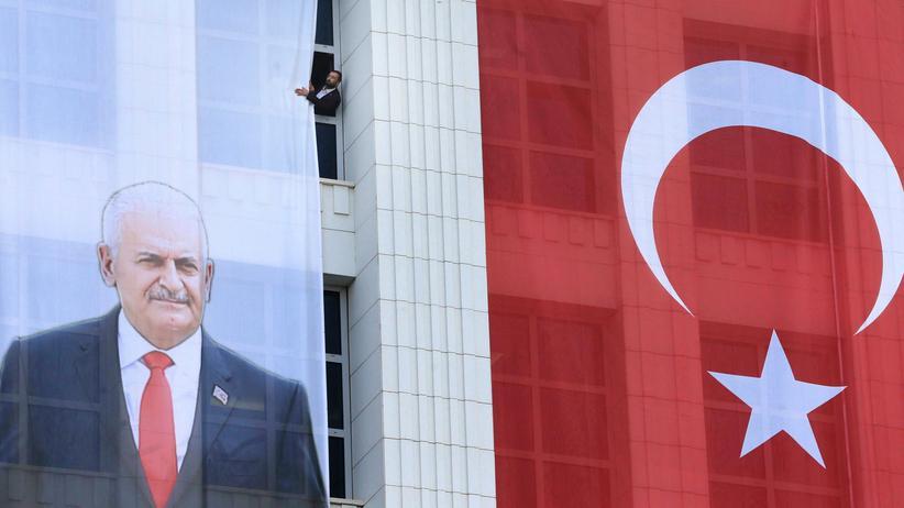 Türkei: Das Porträt des türkischen Premierministers und AKP-Chefs Binali Yıldırım ziert eine Fensterfront in Ankara.