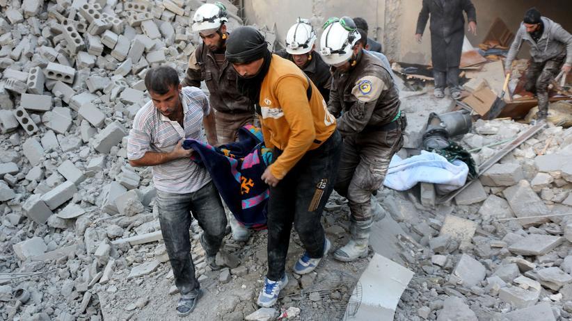 Staffan de Mistura: Freiwillige der syrischen Weißhelme bergen die Opfer eines Luftangriffs in Aleppo.