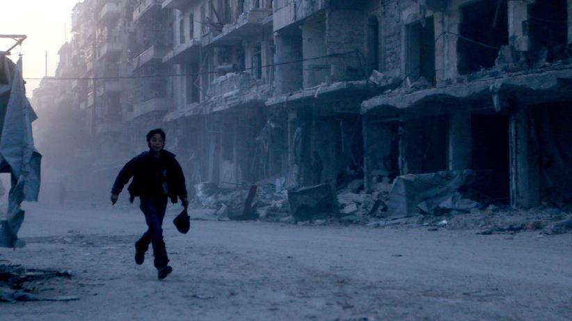 Syrien: Bewohner in Ost-Aleppo fliehen vor Luftangriffen des syrischen Regimes.