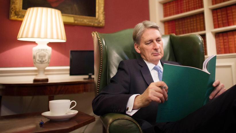 Brexit: Der britische Schatzkanzler Philip Hammond liest in seinem Büro über seine Parlamentsrede.