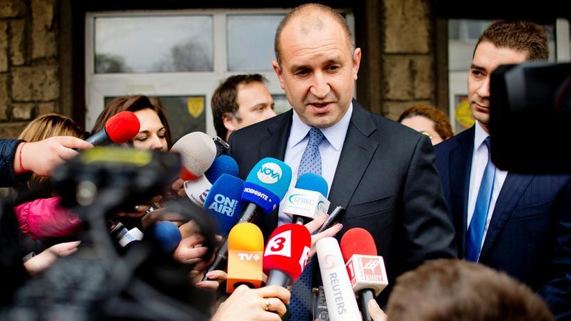 Bulgarien: Rumen Radew nach seiner Stimmenabgabe vor einem Wahllokal in Sofia