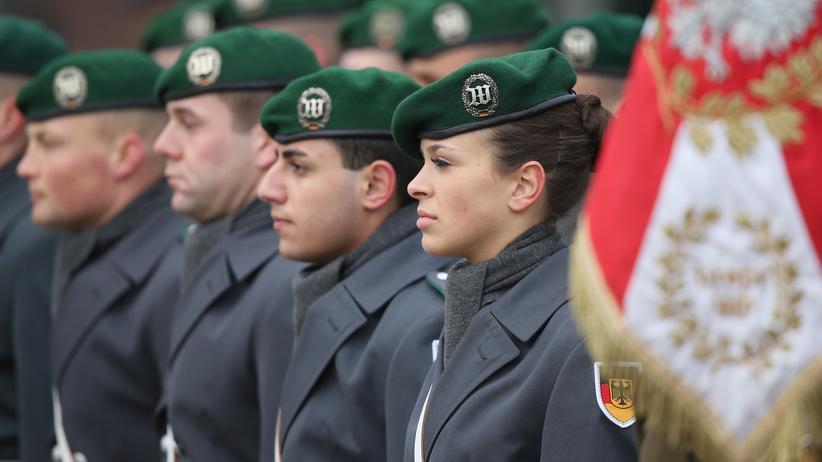 EU-Verteidigungsunion: Deutsche Soldaten im polnischen Stettin, wo das multinationale Nato-Corps Nordost stationiert ist, warten auf Bundespräsident Joachim Gauck und den polnischen Präsidenten Andrzej Duda.