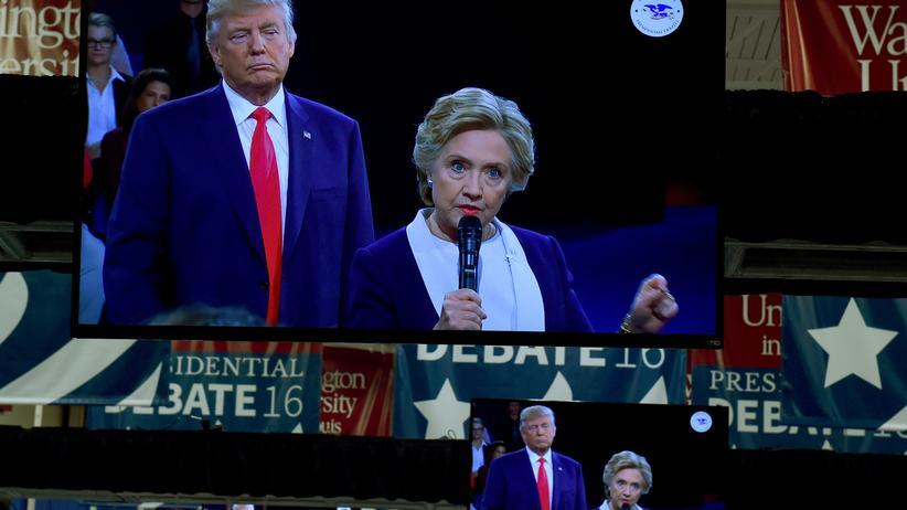 US-Wahlkampf: Donald Trump und Hillary Clinton bei ihrem zweiten TV-Duell, übertragen auf Monitoren im Presseraum