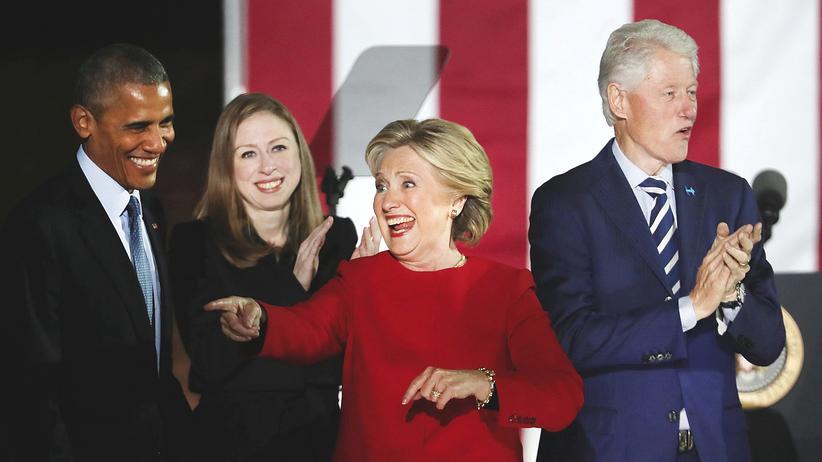 Wahlkampf in den USA: Letzter Stopp Philadelphia: Hillary Clinton nebst Mann und Tochter sowie Barack Obama auf der Bühne zum Schluss ihres letzten Wahlkampfauftritts