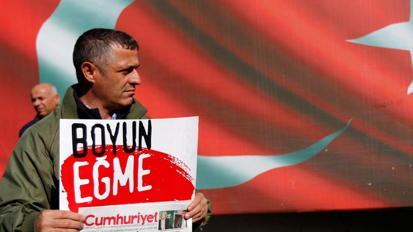 """Türkei: Ein Unterstützer der Oppositionszeitung """"Cumhuriyet"""" demonstriert gegen die Festnahme des Chefredakteurs des Blattes und weiterer leitender Redakteure."""