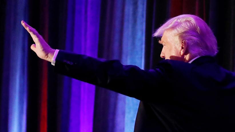 Donald Trump: Donald Trump kommt am Dienstagabend zu seinen wartenden Anhängern in New York.