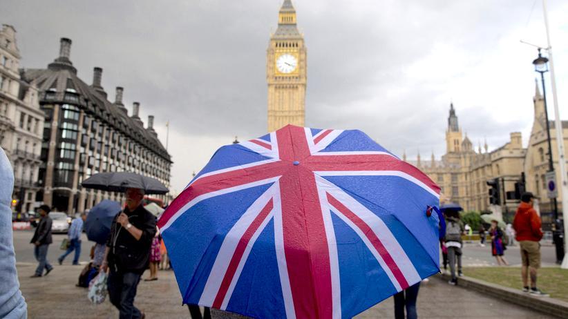 Großbritannien: Big Ben und Union Jack im Regierungsviertel in London