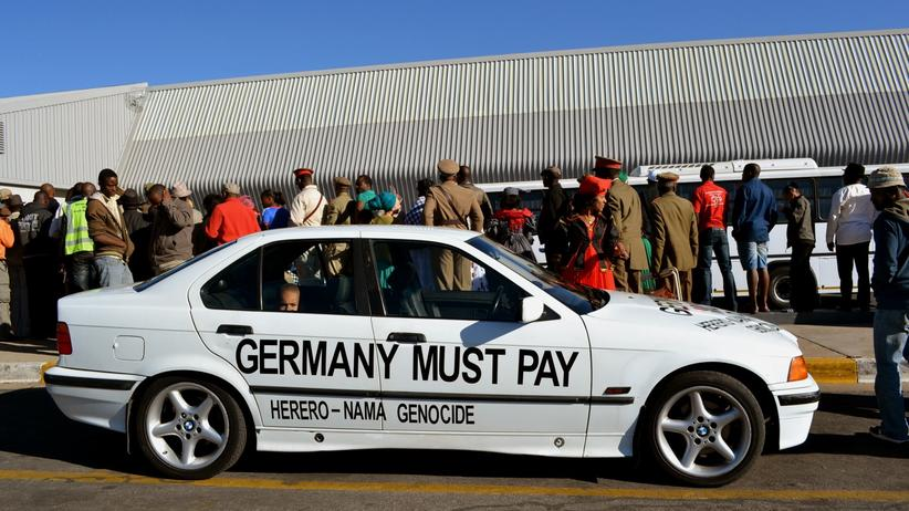 """Völkermord an den Herero: 2011 vor dem Flughafen in Windhuk, Namibia: Die deutsche Regierung retournierte 20 Schädel, die während der Kolonialzeit für """"rassenanatomische Untersuchungen"""" nach Deutschland gebracht wurden."""