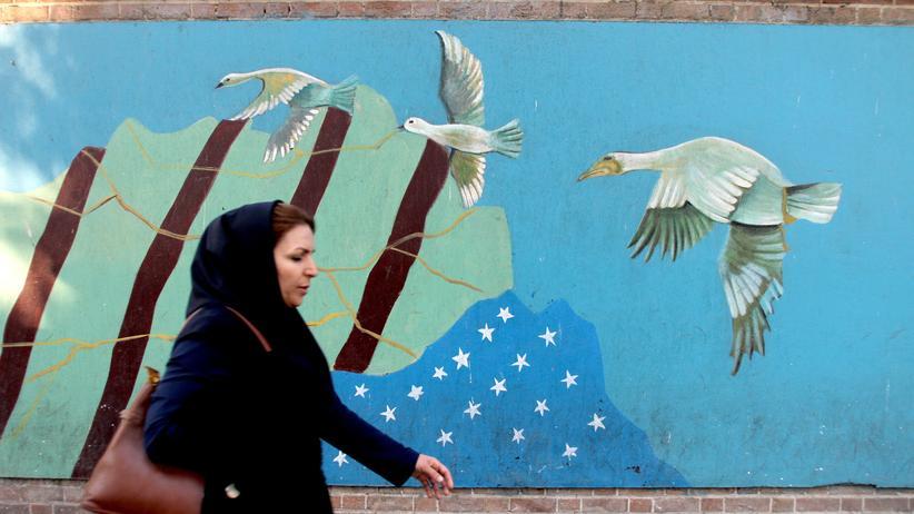 Atomabkommen: Eine Frau vor der Mauer der ehemaligen US-Botschaft in Teheran, Iran