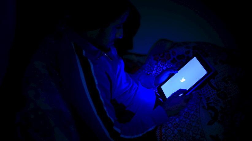 Soziale Medien: Ein Jugendlicher in Kairo öffnet Twitter auf seinem Tablet.