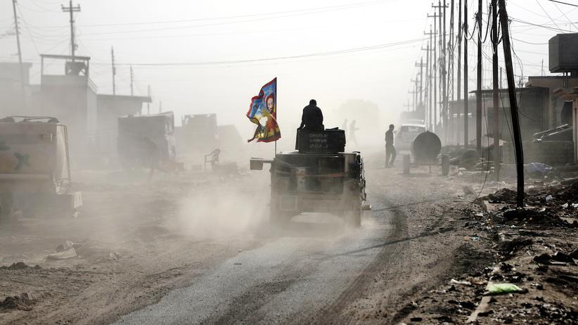 Irak: Irakische Soldaten manövrieren durch ein vom IS zurückerobertes Viertel in Mossul.