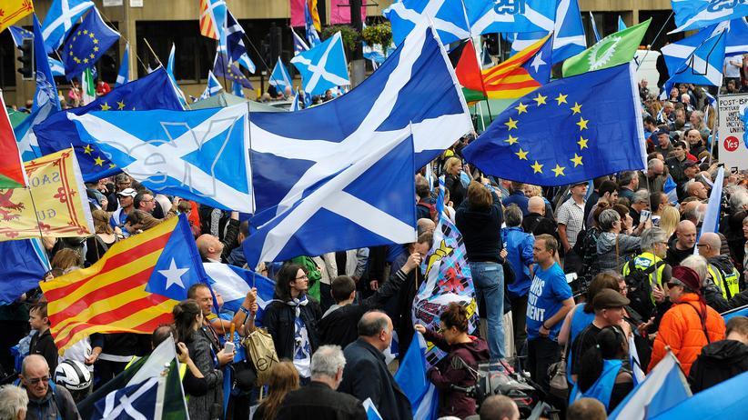 Brexit: Befürworter einer Unabhängigkeit Schottlands mit schottischen Fahnen und EU-Flaggen bei einer Demo in Glasgow Ende Juli 2016