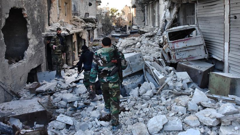 Syrien-Krieg: Syrische Regierungstruppen laufen durch den stark zerstörten Stadtteil Bustan al-Bascha in Ost-Aleppo.