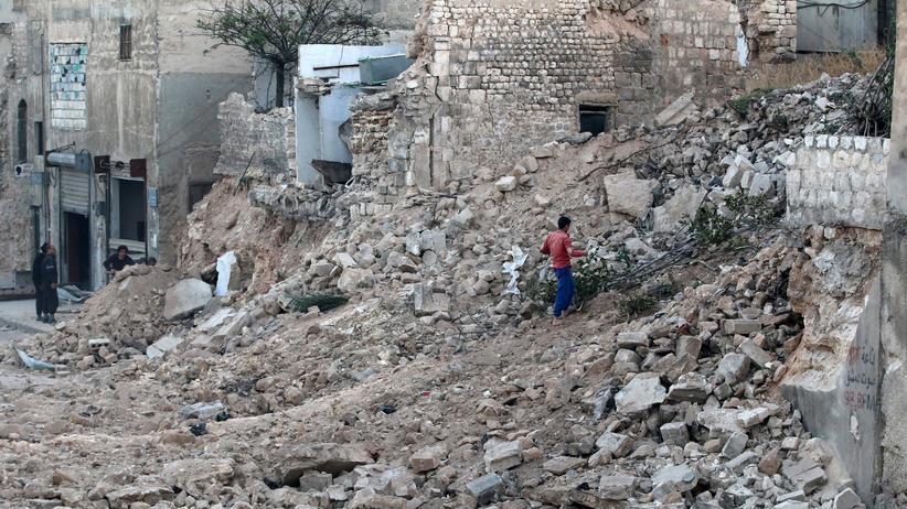 Aleppo: Ein Zivilist durchsucht einen Trümmerhaufen in Aleppo.