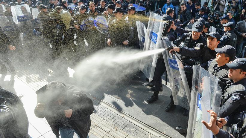 Fortschrittsbericht: Türkische Polizisten gehen gewaltsam gegen Regierungskritiker vor, die gegen die Festnahme von Abgeordneten der oppositionellen HDP demonstrieren.