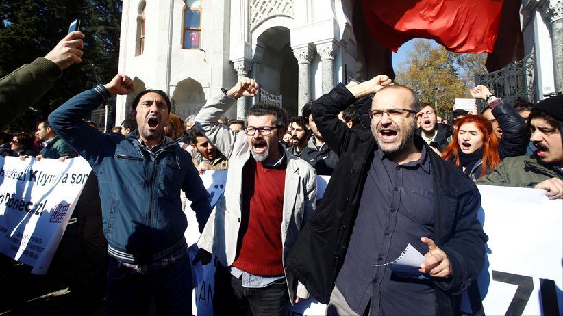 Türkei: Demonstranten protestieren vor der Istanbuler Beyazıt-Universität gegen die Festnahme ihrer Kollegen.