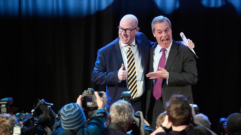 Großbritannien: Nigel Farage, langjähriger Vorsitzender der EU-feindlichen Ukip (rechts) umarmt seinen Nachfolger Paul Nuttall.
