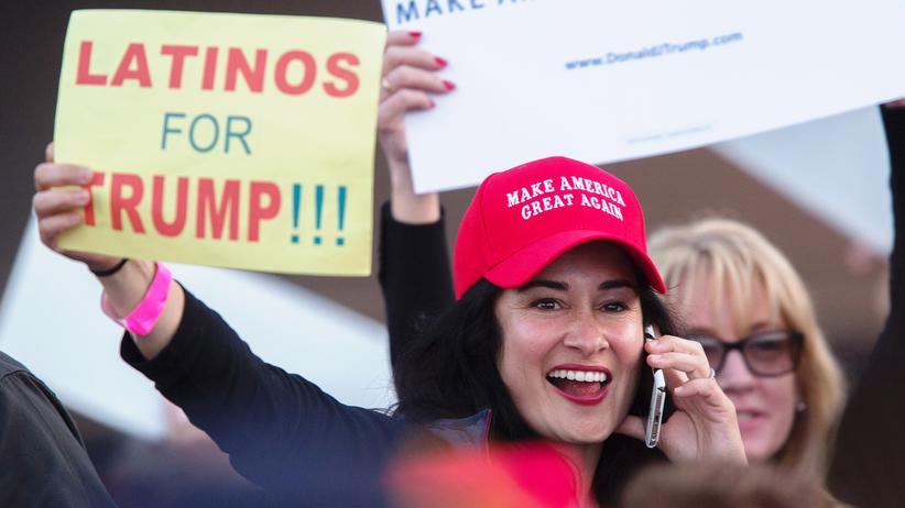 US-Präsidentschaftswahl: Eine Anhängerin von Donald Trump in Costa Mesa, Kalifornien