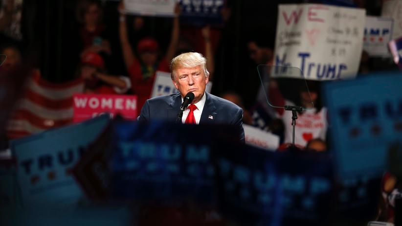 US-Wahl: Der republikanische Präsidentschaftskandidat Donald Trump, umringt von seinen Unterstützern.