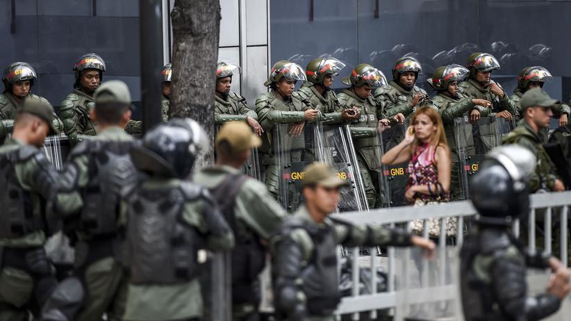 Venezuela: Die venezolanische Nationalgarde hält vor der Nationalversammlung Stellung.