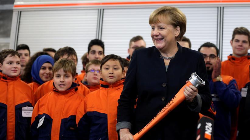 Europa: Bundeskanzlerin Angela Merkel zu Besuch bei der Jugendfeuerwehr in Berlin-Wedding