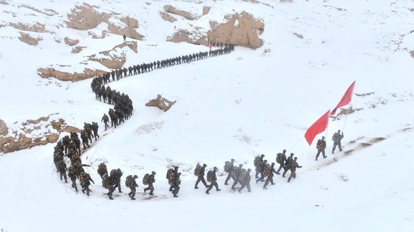 Xinjiang: Eine Gruppe von Soldaten in Xinjiang.