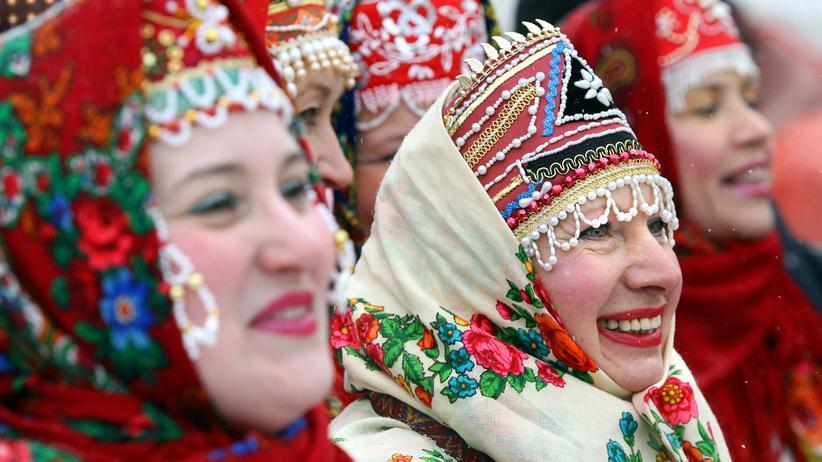 """Zerfall der Sowjetunion: Russinnen in traditioneller Kleidung feiern in Moskau die """"Butterwoche"""" (Masleniza)"""