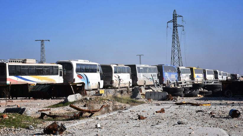 Aleppo: Immer noch warten zahlreiche Menschen in Bussen auf den Abtransport aus Aleppo.