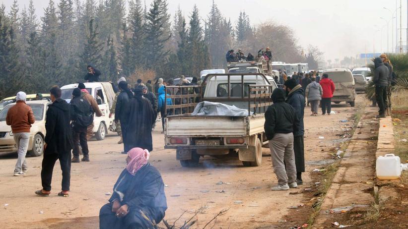 Syrien: Menschen aus Ost-Aleppo kommen im Westen der Stadt an.