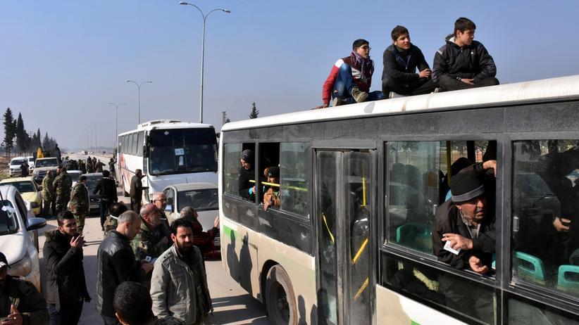 Syrien: Busse bringen Menschen aus den von Rebellen belagerten Dörfern Al-Fua und Kefraja.