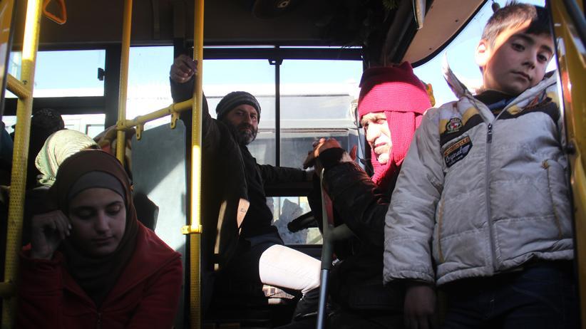 Syrien: Menschen warten darauf, mit einem Bus aus Ost-Aleppo gebracht zu werden.