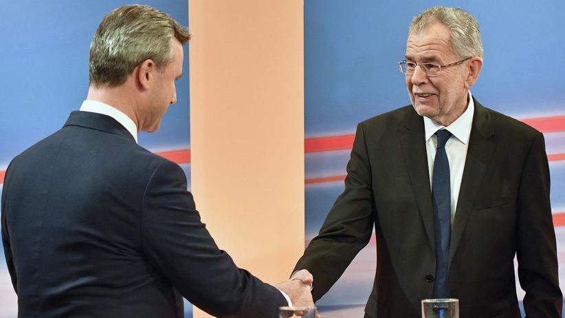 Alexander Van der Bellen: Der Verlierer (links) schüttelt dem Gewinner (rechts) die Hand. Auf dieses TV-Bild haben die Van-der-Bellen-Anhänger gewartet.