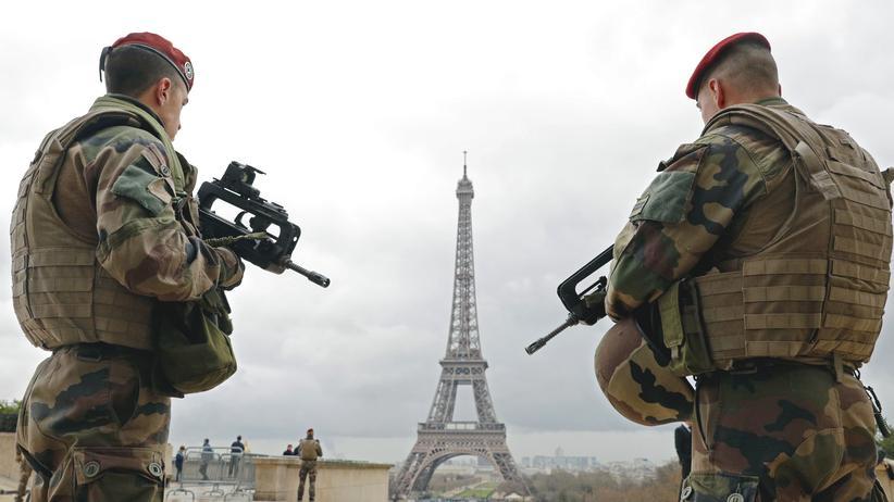 Terrorgefahr: Zwei französische Soldaten vor dem Pariser Eiffelturm