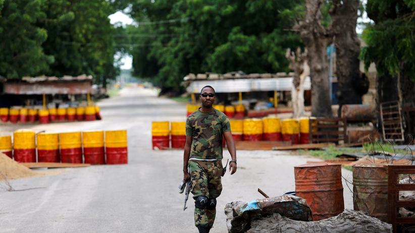 Nigeria: Ein nigerianischer Soldat an einem Kontrollpunkt bei der Stadt Bama im nigerianischen Bundesstaat Borno