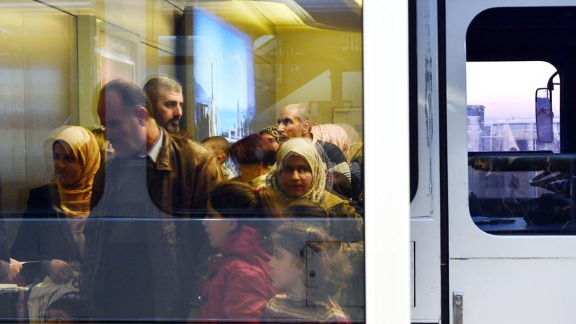 EU-Kommission: Flüchtlinge auf dem Flughafen in Athen (Archivbild)