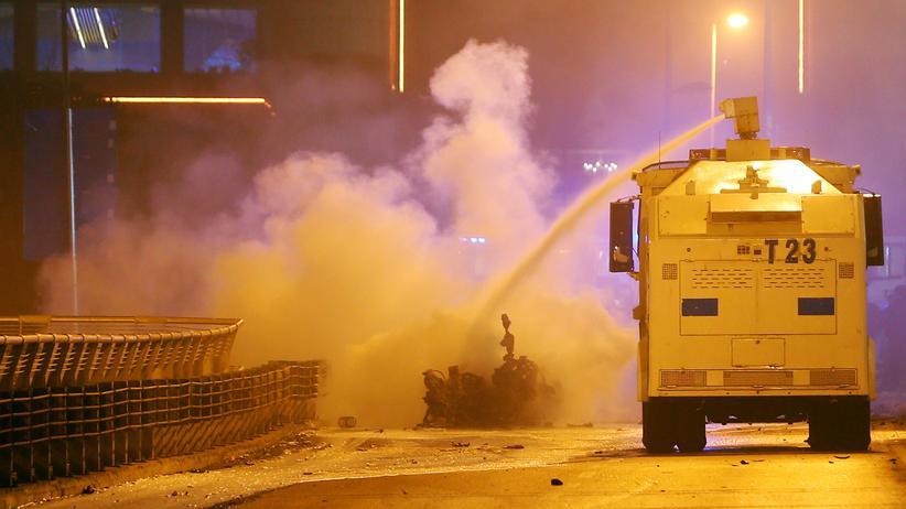 Türkei: Die Polizei löscht nach den Anschlägen in Istanbul ein brennendes Auto.