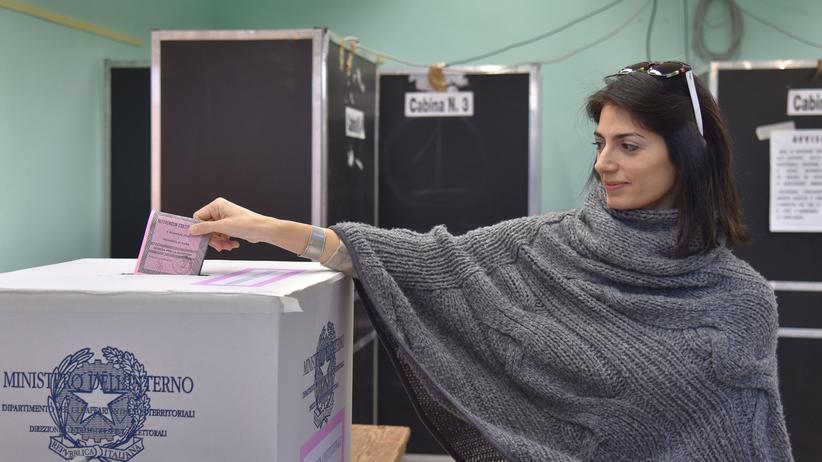 Italien: Roms Bürgermeisterin Virginia Raggi gibt ihre Stimme bei dem Referendum ab.