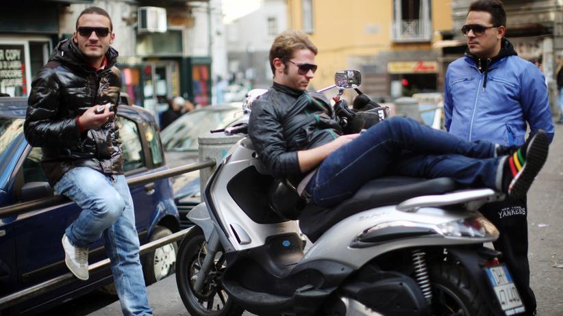 Italien: Eine Straßenszene aus Neapel