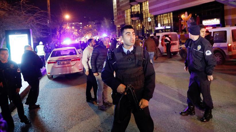Türkei: Türkische Sicherheitskräfte vor der Ausstellungshalle, in der Botschafter Karlow erschossen wurde