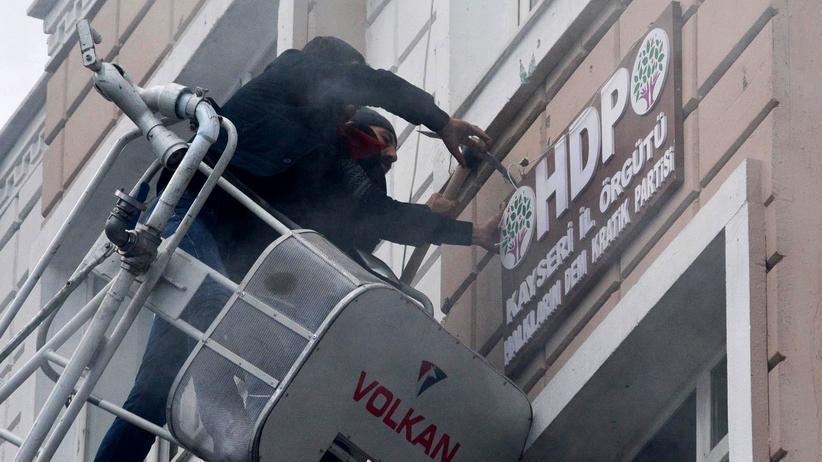 Kayseri: Protestierende entfernen das Logo der HDP an der Parteizentrale in Kayseri nach dem Anschlag auf Soldaten.