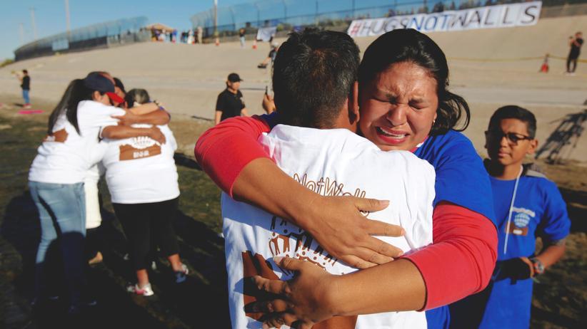 Illegale Immigranten: Die einen dürfen in den USA bleiben, die anderen nicht: Ende Oktober erlaubten die Behörden ein kurzes Treffen von Verwandten an der amerikanisch-mexikanischen Grenze.