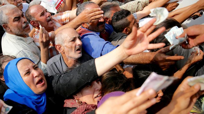 Ägypten: Kairo, im Oktober: Menschen drängen zu einem Lastwagen der Regierung, von dem subventionierter Zucker zu Billigpreisen verkauft wird. Zu dem Zeitpunkt war Zucker im ganzen Land knapp.