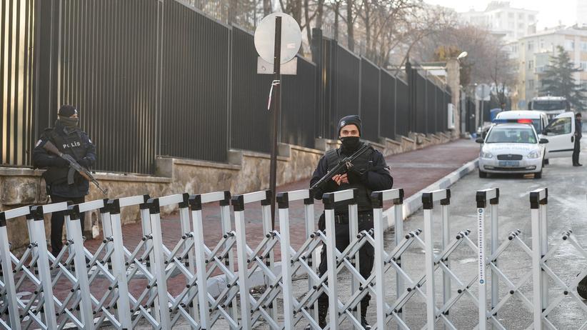 Mord an Botschafter: Türkische Polizisten bewachen die russische Botschaft in Ankara.