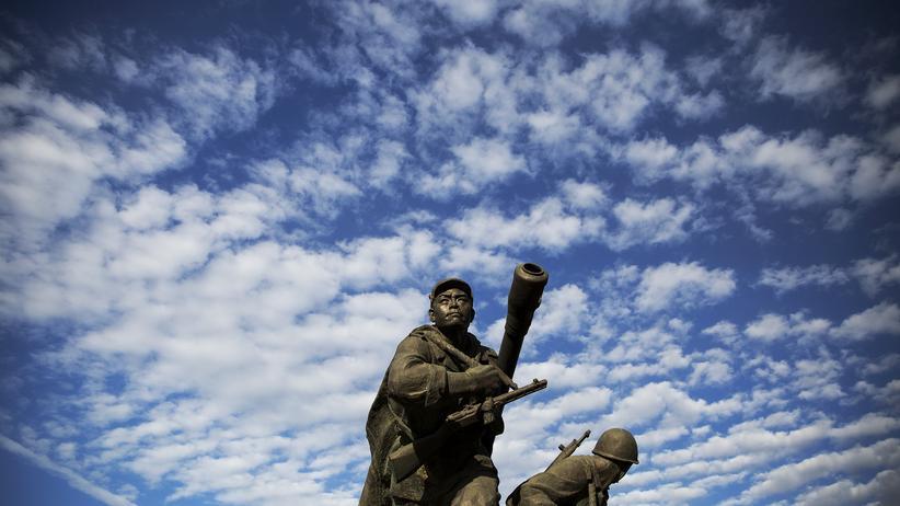 Seoul: Eine Statue mit Kanone vor dem Kriegsmuseum in der nordkoreanischen Hauptstadt Pjöngjang