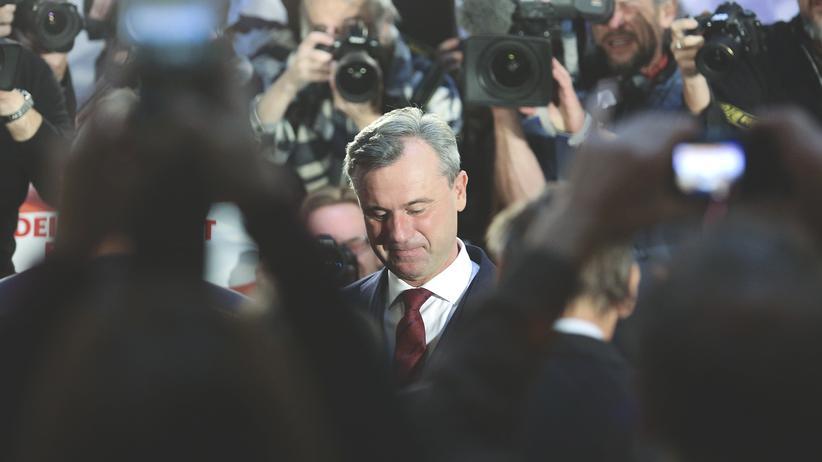 Rechtspopulismus: Der Präsidentschaftskandidat der rechtspopulistischen FPÖ, Norbert Hofer, umringt von Journalisten, Fotografen und Fernsehkameras