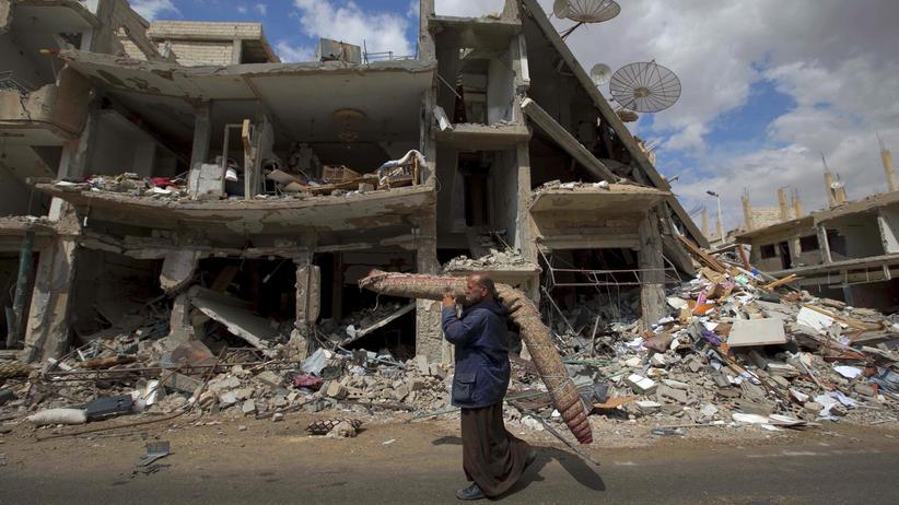 Syrien: Ein Mann in einem zerstörten Stadtviertel von Palmyra (Archivbild)